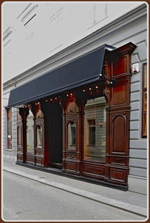 Eine Bar mit einer wunderschönen Geschäftsfront