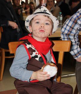 Eine Cowboy-Verkleidung und ein Faschingskrapfen gehören für Fabio zu einem gelungenen Faschingsnachmittag
