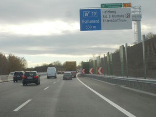 Die Ostautobahn A4 wird zwischen Fischamend und Neusiedl dreispurig ausgebaut. In Fischamend wird eifrig gebaut.