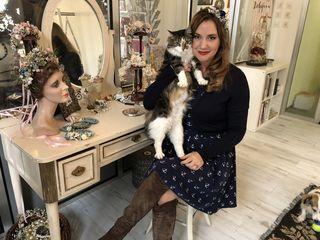 Niki Osl mit ihrer Katze Lilly im Atelier. Hier entstehen die Vintageblumenhaarkränze für Lana Del Rey, Katy Perry und Taylor Swift.