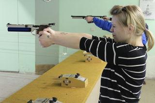 Bezirksblätter-Redakteurin Katrin Mehner-Prohaska machte den Selbsttest bei der Schützengilde Waidhofen. Die überwiegende Mehrheit der im Bezirk verkauften Waffen sind für den Schießsport. Es gibt aber einen Trend zur Waffe für die Selbstverteidigung.