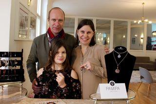 """Die """"Pamipa""""-Familie: Andreas und Nicole Pascher mit ihrer neun-jährigen Tochter Pamina, der Namensgeberin der Schmuck-Kollektion."""