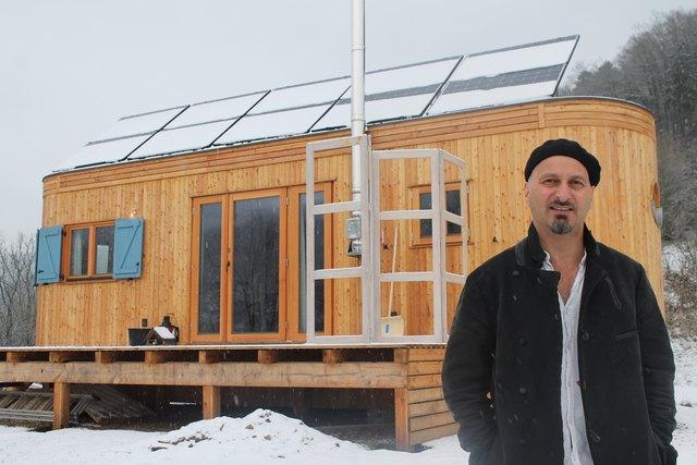 """Martin Zels vor seinem Mikro-Haus: """"Das ist eine Größe mit der ich arbeiten kann und ich mich nicht beengt fühle."""""""