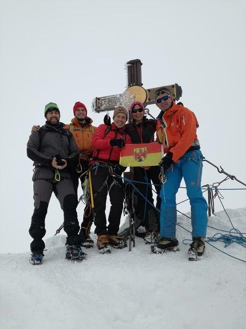 Hans Goger (re.) ist auf dem Gipfel des Großglockners angekommen.