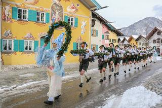 Die Schellenrüher machen den Anfang und läuten den Frühling in der Karwendelregion ein.