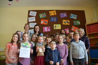 Die Klasse der Volksschule Mauterndorf (hier mit Lehrerinnen und Mitarbeiterinnen der Lebenshilfe) gewannen den ersten Platz der Volksschulen.