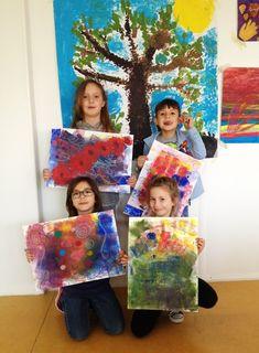 Die Kinder der Malakademie Deutsch-Wagram mit ihren Werken.