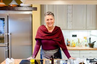 Eveline Mittermayr ist ärztlich geprüfte Aromatologin. Sie entwickelt gesunde Pflegeprodukte.