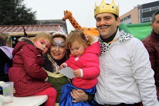 Der glückliche König mit seiner hübschen Königin und den bezaubernden Prinzessinnen wohnt in Raaba-Grambach.