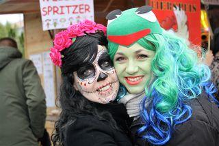 Michaela und Conny sind zwei fesche Mamas in kreativer Maske.