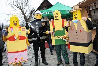 Miss Bikini, Polizist, Facharbeiter und Biergenießer im Legostein-Outfit – die Feuerwehr zog alle Blicke auf sich.