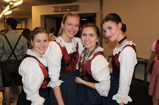 IBK: Johanna, Julia, Jasmin und Marina in der Innsbrucker Tracht