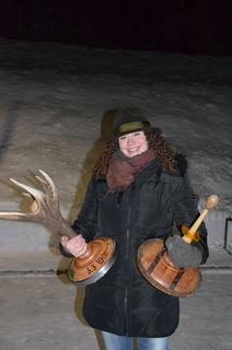 Die Ehefrau des Hegemeisters Kathrin Essl mit dem gewonnenen Wanderpokal.