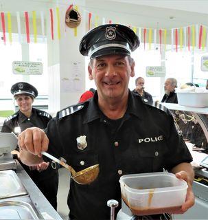 """Auch """"Norbert der Gailtaler"""" kochte als Polizist verkleidet zum Fasching am Villacher Wochenmarkt gut auf!"""