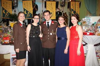 Auch die FF-Damen der Marktgemeinde Christina, Stephanie, Anna und Teresa warfen sich in Schale und posierten gemeinsam mit Jugendbetreuer Stefan für ein Foto.