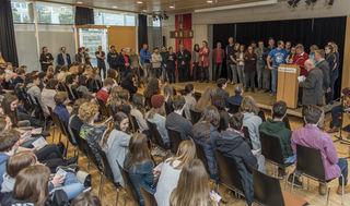 Ein überfülltes Forum im Haus der Begegnung beim TheoTag mit rund 350 SchülerInnen.
