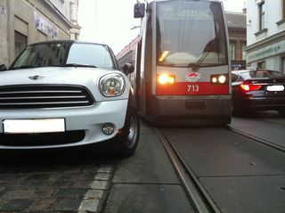 Ein Falschparker in der Kreuzgasse blockiert eine Straßenbahn an der Weiterfahrt.