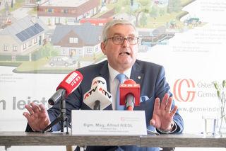 Gemeindbundpräsident Alfred Riedl erwartet vom Finanzminister den vollen Kostenersatz für die Abschaffung des Pflegeregresses.