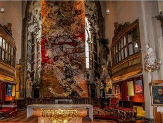 Das fünf mal elf Meter großes Fastentuch der jungen bulgarischen Künstlerin Zhanina Marinova in der Michaelerkirche in Wien. Links auch ein Werk des Perchtoldsdorfer Malers C.F.J. König