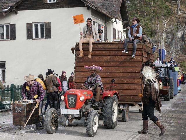 Bei dem launigen Umzug in Puchberg (Symbolfoto) kam es zu einen Unfall.