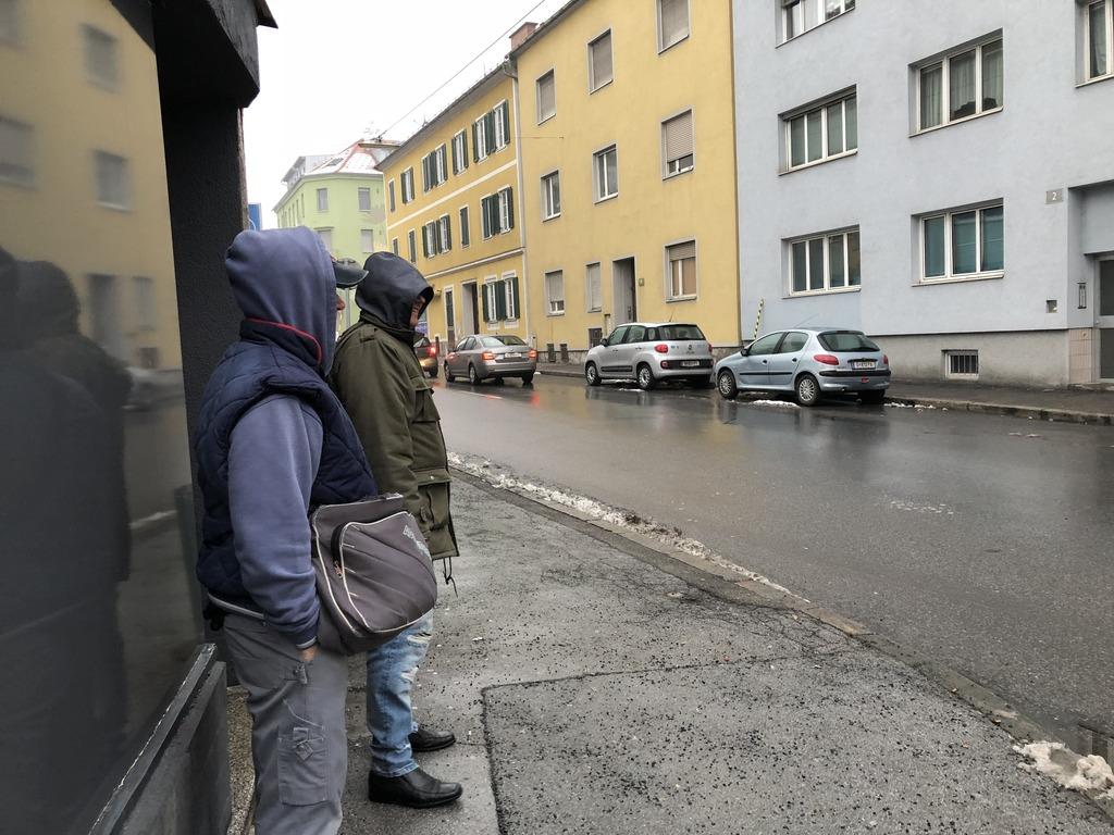 Bei Wind und Wetter: Die Männer sind sich für keinen Job zu schade, wollen sich ihr Geld ehrlich erarbeiten und suchen täglich nach Arbeit.