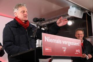 Der Hernalser Josef Cap (SPÖ-Abgeordneter zum Nationalrat) rief zur Verteidigung des Sozialsmus auf.