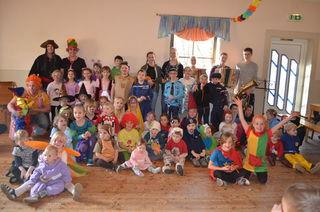 Die Organisatoren Jugendgemeinderat Paul Magg und Wirtschaftsbund-Obfrau Margit Aigelsreiter mit den zahlreichen Kids beim Kinderfasching im Gasthaus Hendorf.