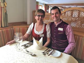 Rosi und Christian vom Eggerwirt waren so nett den Bezirksblätter das Gedeck am Tisch zu erklären.