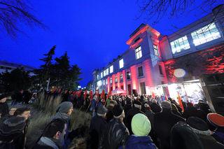 Beeindruckende Kulisse: Der Bahnhof Hernals erstrahlte in Rot.