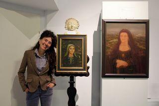 Timna Brauer vor dem Porträt ihrer Mutter Naomi in jemenitischer Tracht aus 1969, daneben die Mona Lisa als Greisin.