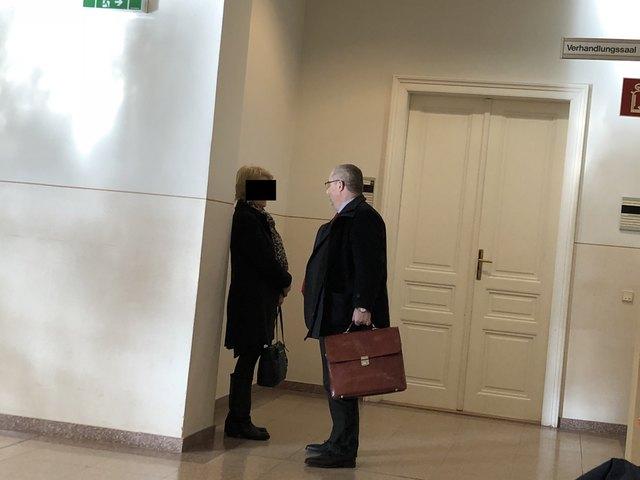 Vor der Verhandlung: Die Angeklagte im Gespräch mit ihrem Verteidiger Roland Friis.