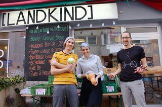 Benedikt und Nina Strasser sorgen gemeinsam mit Nina´s Freund Stefan Rom für heimische Kulinarik und frische Ideen am Schwendermarkt