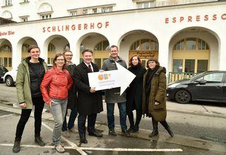 Das Team der GB*nord mit Wohnbaustadtrat Michael Ludwig und Bezirksvorsteher Georg Papai am neuen Standort.