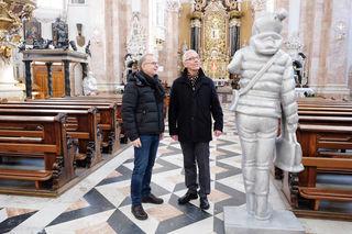 Georg Loewit (li.) und Florian Huber präsentierten das Kunstprojekt zur Fastenzeit am Innsbrucker Dom. Die Skulpturen des Innsbrucker Künstlers sind bis Karsamstag zu sehen.