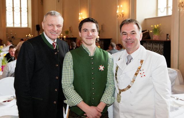 Von rechts nach links: Innungsmeister Otto Filippi, Jungmeister Andreas Esterer und Landtagspräsident Josef Schöchl.