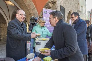 Eine Fastensuppe von Bischof Hermann Glettler an LH Günther Platter