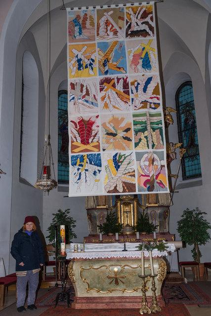 Inzwischen alljährlich ist ein Fastentuch mit dem Konzept der Künstlerin Edda Seidl-Reiter zu bewundern.
