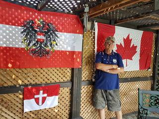 Walter Gartner ist vor 50 Jahren nach Toronto ausgewandert. Wofür sein Herz immer noch schlägt, zeigen die Fahnen in seinem Garten.