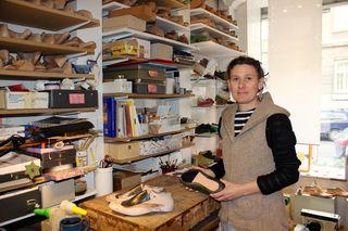 Schuhmacherin Vivien Maxa fertigt hier ihre Einzelstücke von Hand. Weiters macht sie Taschen, Gürtel und Mode aus Loden.