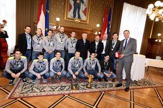Die besten der Welt: Das Team hat von Sportstadtrat Andreas Mailath-Pokorny (r) den Goldenen Rathausmann bekommen.
