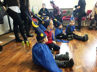 """Im Gemeindeamt waren """"zauberhaft"""" kostümierte Kinder auf Faschingsbesuch."""