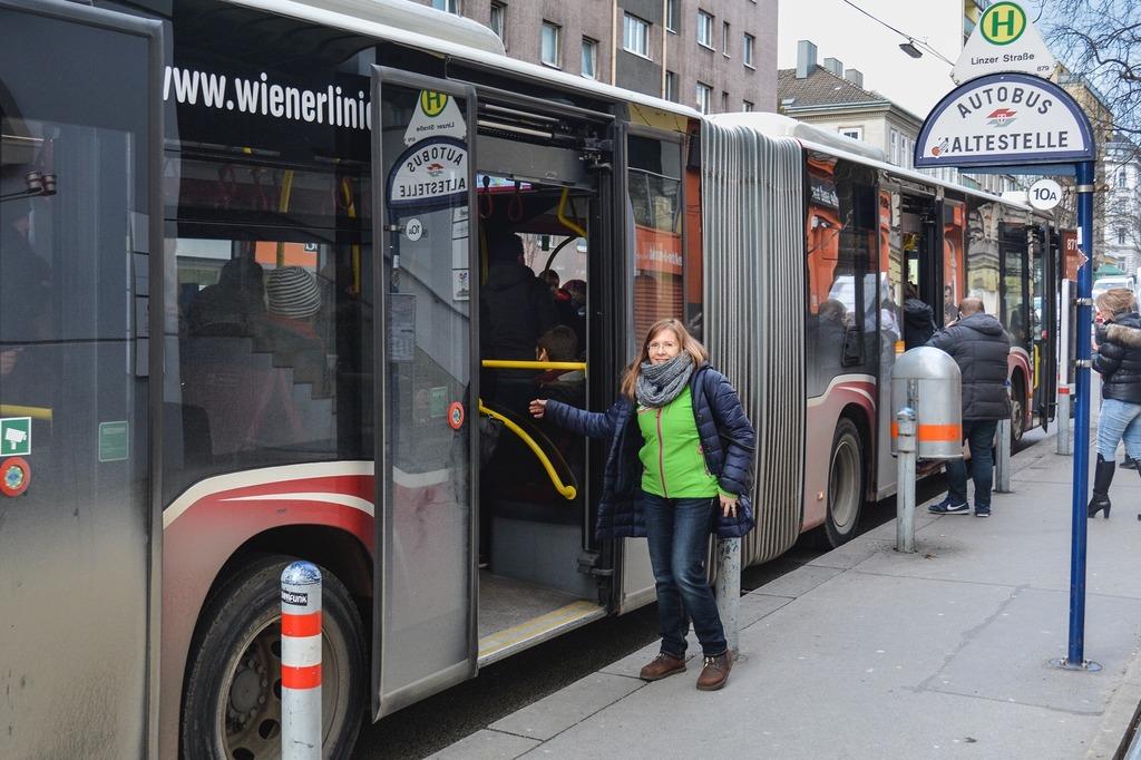 Einsatz für bessere Öffis: Anneliese Kästner-Hejda, stellvertretende Klubobfrau der Grünen Penzing, bei einer Haltestelle des 10A.