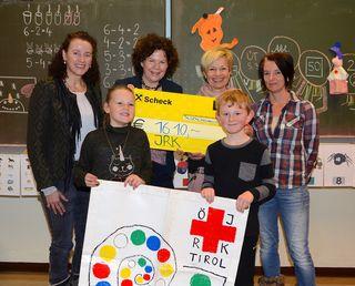 """""""Schüler helfen Schülern"""": VS-Direktorin Andrea Bichler (links), Maria Ellinger und Leni Höck überreichten einen Spendenscheck an Direktorin Anita Marksteiner (2. von links)."""