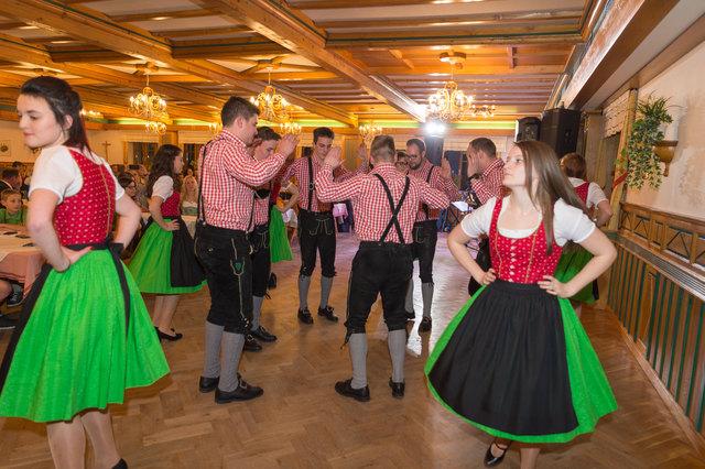 Den Ballgästen wurden einmal mehr sehenswerte tänzerische Einlagen im Gasthof Mosbacher in Strallegg geboten.