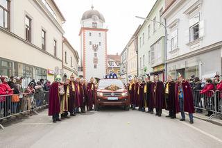 Die Faschingsgilde Leoben könnte heuer das letzte Mal vor dem Schwammerlturm posiert haben. 2019 wird der Umzug von der Evangelischen Kirche zum Hauptplatz führen.