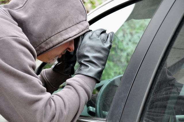 Der Dieb entwendete das Geld aus einem unversperrten Fahrzeug.