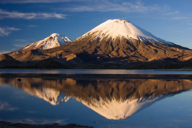 Die Zwillingsvulkane Pomerape und Parinacota im Lauca Nationalpark