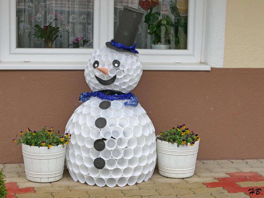 Bekannt Schneemann aus Plastikbechern - aus Ermangelung an Schnee - in QY61