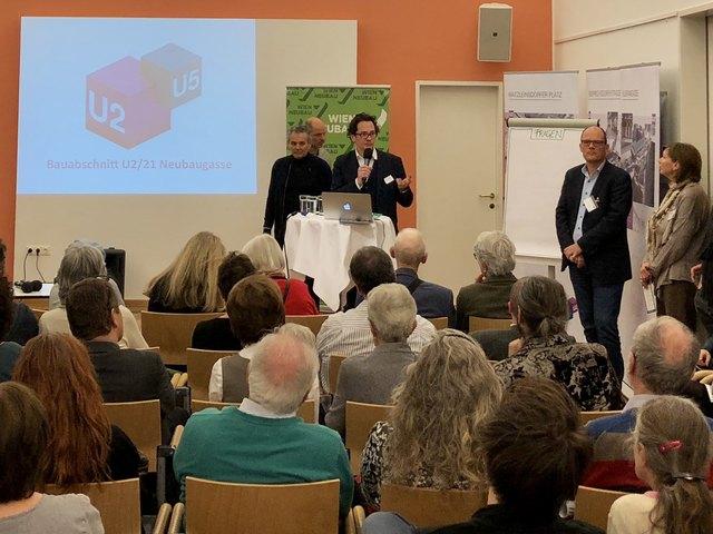 Neubaus Bezirksvorsteher Markus Reiter (r.) stellte sich den Fragen der Anrainerinnen und Anrainer.