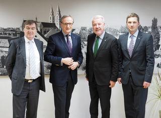 V.l.: Bezirkshauptmann Mag. Ernst Anzeletti, Landesamtsdirektor Mag. Werner Trock, Bürgermeister Mag. Klaus Schneeberger und Magistratsdirektor Mag. Markus Biffl.